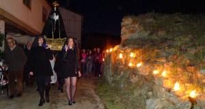 Multitude de caracois ardendo iluminan o paso da Virxe no Castro