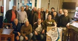 Os membros do equipo ciclista Pinturas Diéguez da Rúa sorprenden ao seu fundador, Rogelio, cunha cea-homenaxe