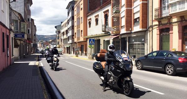 """Máis de 700 BMW percorren Valdeorras na travesía moteira """"Punta a Punta"""""""