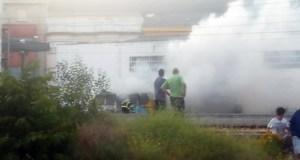 Arde unha cabina vella de tren na Rúa