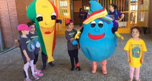 Cholo e Nela comparten xornada festiva en Trives con multitude de nenos na XXII Convivencia de Educación Infantil