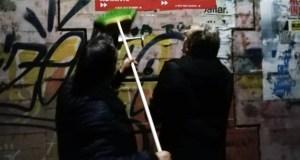 Inicio de campaña das municipais coa pegada de carteis, na Rúa