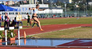 A vilamartinesa Eva Arias vence nos 3.000 m obstáculos no campionato galego de clubs