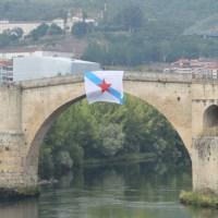 Galiza Nova colga a bandeira nacionalista da Ponte Romana de Ourense con motivo do Día de Galicia