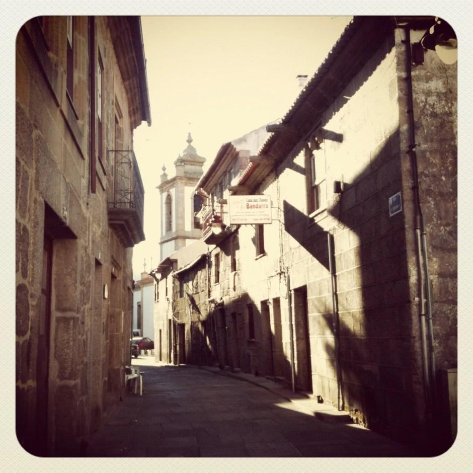 Bem no coração do centro histórico, depois das Portas do Sol, com a Igreja de São Vicente ao fundo.