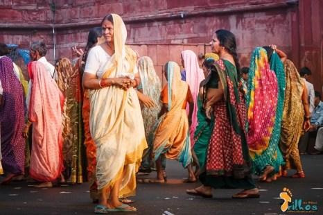 """""""Paleta de cores"""" - Em frente ao Forte Vermelho, as mulheres envergam os seus """"saris"""" multicolores. A alegria das cores contrasta com o papel secundário que as mulheres desempenham naquela que é a maior democracia do mundo. Nova Deli, Índia - 2012"""