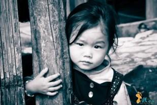 """""""Menina da Montanha"""" - A leveza do olhar contrasta com a dureza da vida nas montanhas no norte do Vietnam. Um povo marcado pela guerra onde as feridas tardam em sarar. Lao Cai, Vietname - 2009"""