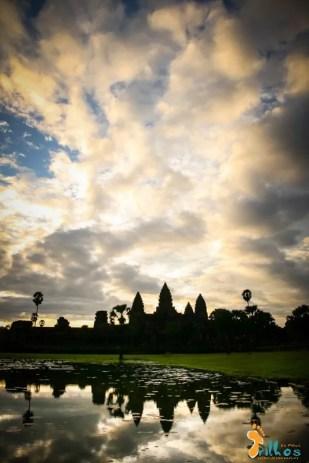 """""""O sol quando nasce é pra todos"""" - Angkor Wat. Há quem lhe chame a primeira mega cidade. Dizem que foi maior do que Paris ou Londres. Hoje é apenas uma sombra do que foi outrora, um conjunto de templos de pináculos esguios que se escondem num emaranhado de floresta tropical. (Siem Reap, Cambodja)"""