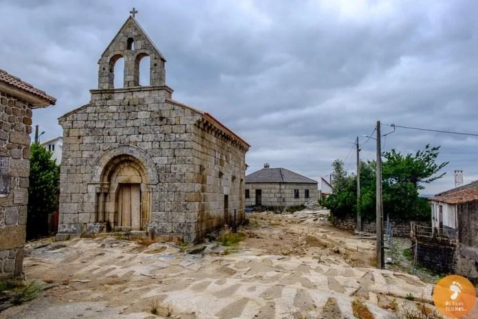 A igreja de Santa de Santa Marinha, em Moreira de Rei, com as centenas de sepulturas no adro.