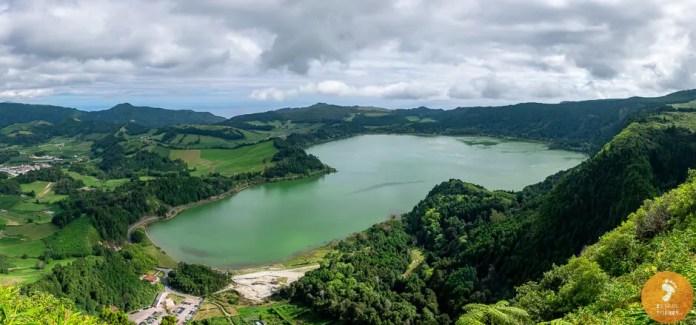 Visão panorâmica da Lagoa das Furnas, vista desde o Miradouro do Pico do Ferro, em São Miguel.