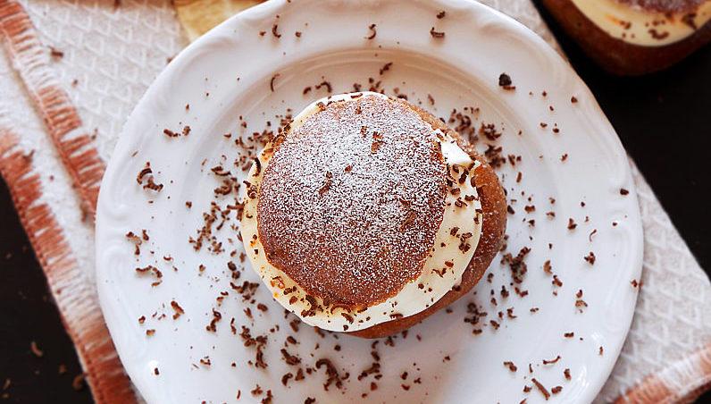 czekoladowe pieczone pączki z kremem