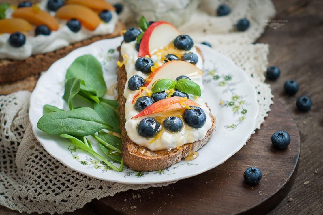 kanapka z puszystą ricottą i owocami