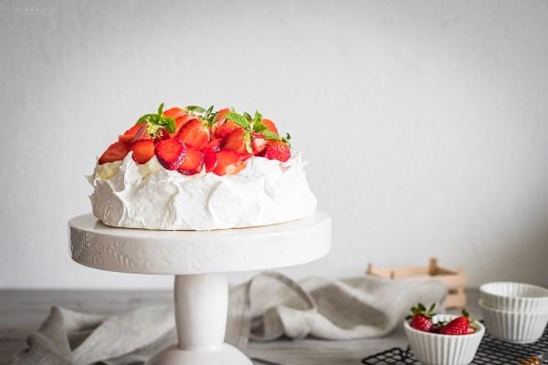 tort pavlova z kremem budyniowym i owocami