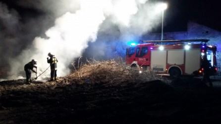 Pożar gałęzi i trawy Piastów