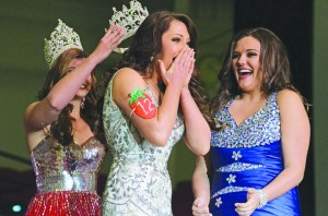 Strawberry Festival Queen_Jessi Rae Varnum Being Crowned 2014 Florida Strawberry Festival Queen by 2013 Queen Kelsey Fry