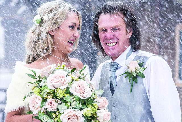 زفاف نادر يتحدى الثلوج!