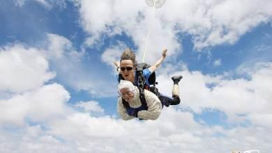 Photo of عمرها 102 عام وتقفز بالمظلـة مــن ارتفـاع4000 كم!