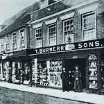 Burberry يعبر حدود الزمان والمكان بالترنش كوت