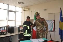 il Col. Cucchini, C.te del MNBG-W e il comandante dei Vigili del Fuoco di Gjakova 2
