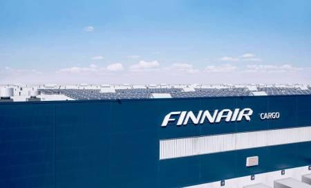 pannelli solari sul tetto dell terminale cargo, foto Finnair