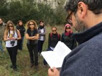 Davide Sapienza, scrittore, durante il cammino geopoetico sul Sentiero dell'Acqua e della Pietra a Gravina in Puglia