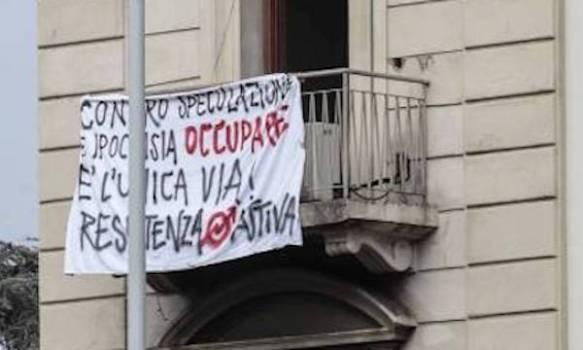 Lo striscione nella casa occupata in via Toselli a Firenze