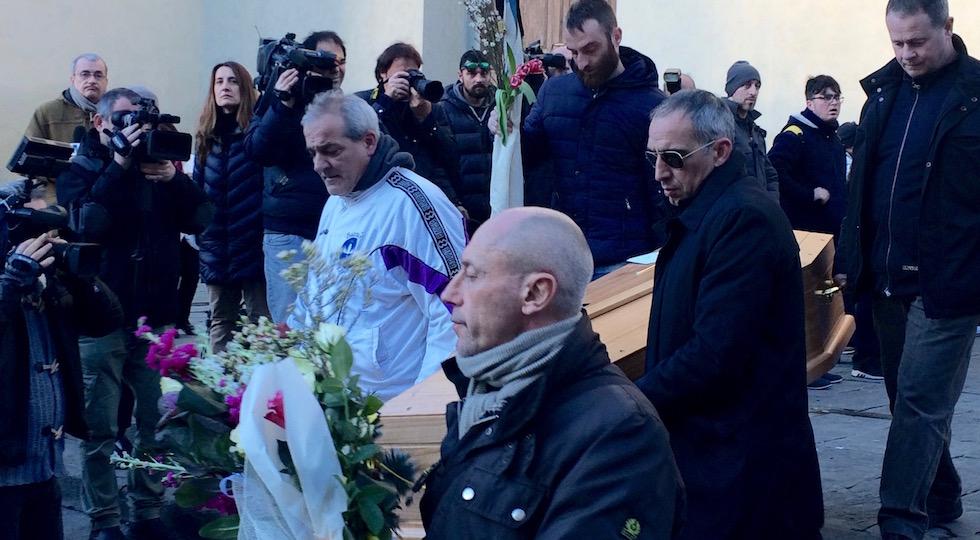La bara di Ashley Olsen portata dai «Bianchi» del Calcio Storico Fiorentino