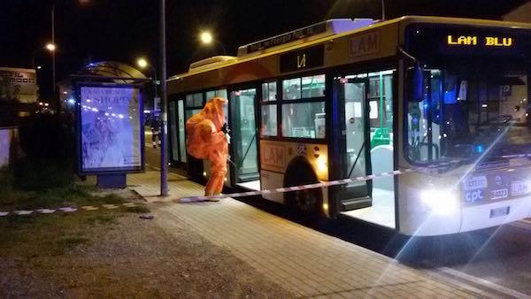 L'autobus di Pisa durante l'ispezione dei Vigili del Fuoco