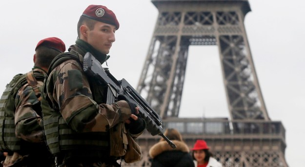 Militari in assetto antiterrorismo a Parigi