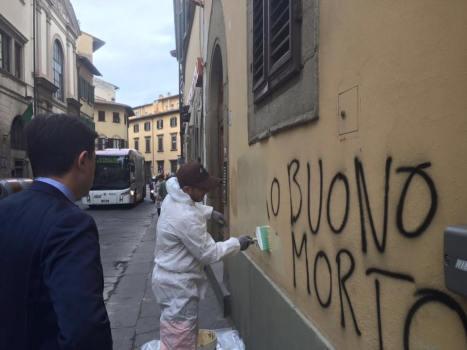Il sindaco Nardella davanti a una delle scritte in Oltrarno