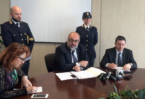 Il Procuratore capo della Repubblica di Firenze Giuseppe Creazzo (a destra) e il capo della Squadra Mobile fiorentina Giacinto Profazio (al centro)