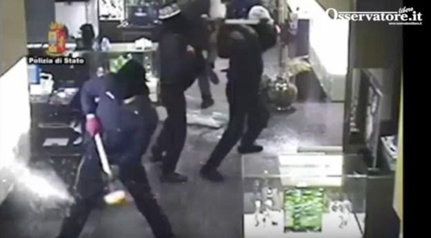 Un momento della rapina ripresa da una telecamera interna