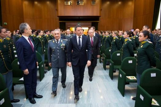 Il premier Matteo Renzi con gli allievi della Guardia di Finanza