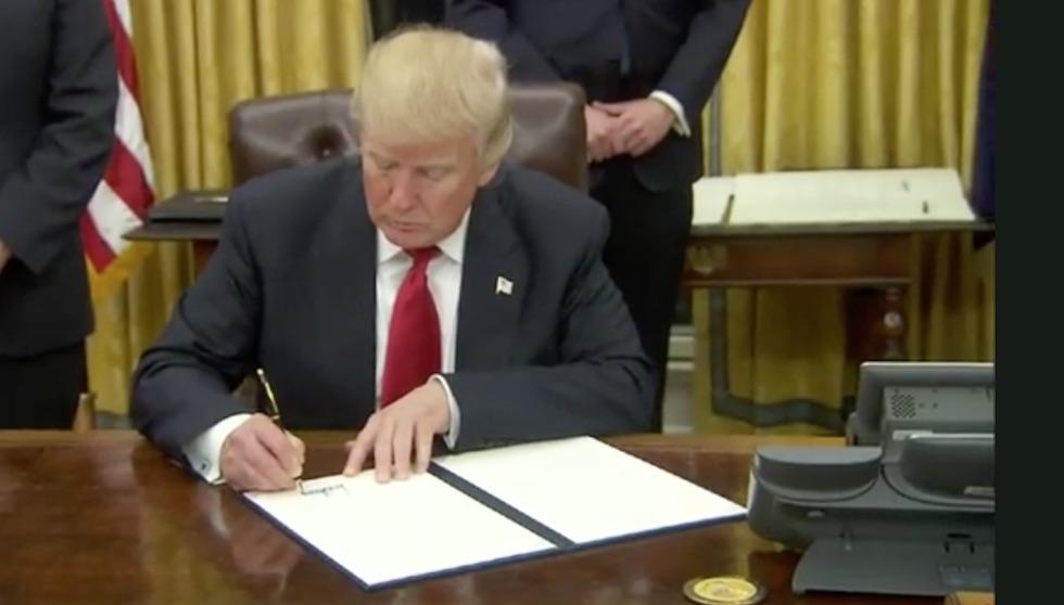 Il neo presidente Usa Trump firma il suo primo executive order