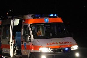 Giovani immigrati prendono a sassate ambulanza