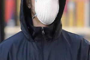 Rapina farmacia indossando mascherina medica