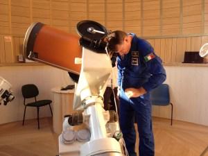 Paolo Nespoli guarda attraverso un telescopio celestino C14