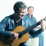 Mikulec und Pardeller spielen Gitarre