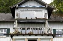 Die Balustrade am Balkon der denkmalgeschützten Max-Villa ist schon längst zusammengebrochen. (Foto: Hartmut Pöstges)