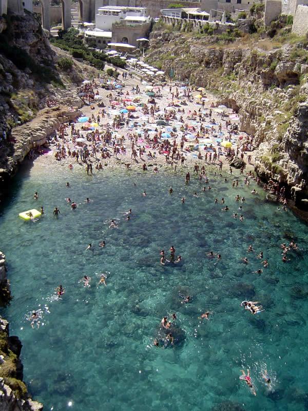 Polignano a mare in Puglia paese situato su di una scolgiera sul mare Adriatico Indirizzo e