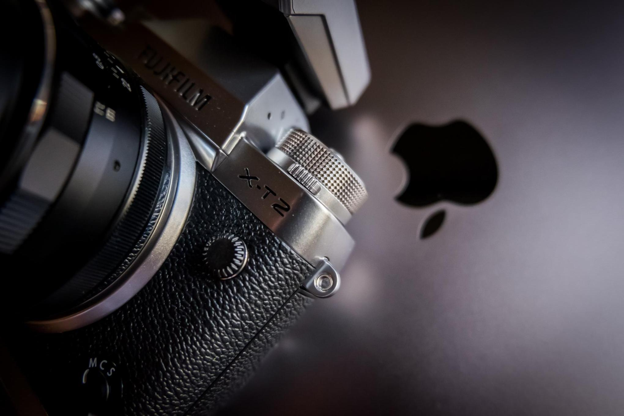 Fujifilm X-T2 (graphite) and a 15'' Macbook Pro (space grey) side by side.