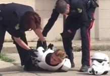 Cosplayer presa por se vestir de Stormtrooper e ter uma arma de plástico