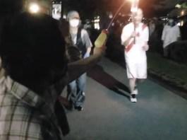 Vídeo: Japonesa presa por atacar tocha olímpica com pistola de água