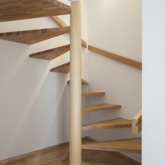 9:階段(親) 化粧階段の柱は杉の磨き丸太。