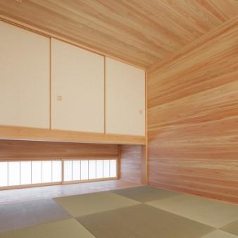 24:和室(子) 吊押入れ下には通風を促す地窓が設けてある。
