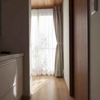 11、洗面所:正面の窓らは中庭、そして物干場へスムーズにアプローチ出来る。