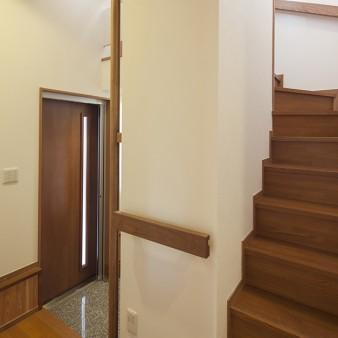 5、ホール:適所にタモの無垢材を加工した手摺を設置している。