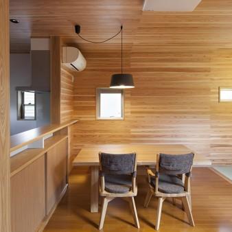 8、食堂:タモ材で製作されたキッチンカウンターに合わせ、施主が選んだタモ材のテーブル。