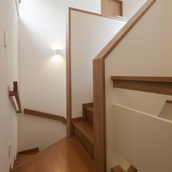 14:階段 階段の途中にある踊り場には、小屋裏収納の出入り口がある。