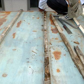 工事中:瓦棒屋根のキャップを取り外すと、芯木の腐れがある。